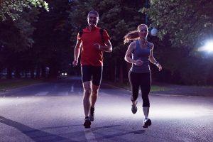 Aurum Bienestar recomendaciones running de noche entrenamiento precauciones seguridad